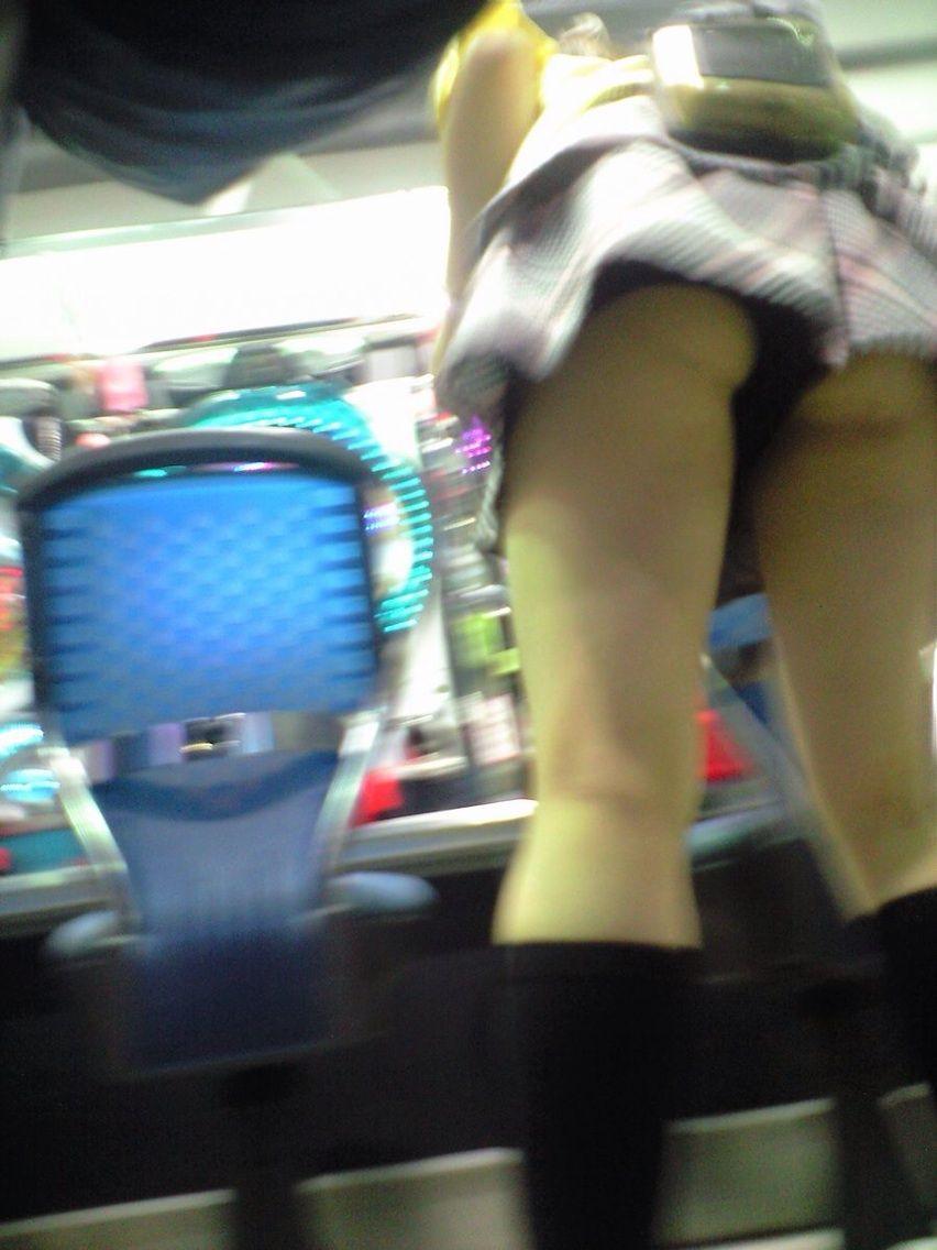 パチンコ店員の太もも下尻下着逆さ盗撮エロ画像1枚目