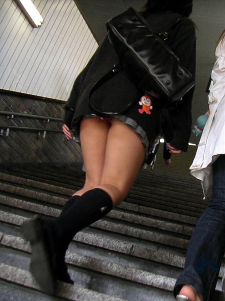 太もも下尻パンチラと階段下jk盗撮エロ画像2枚目