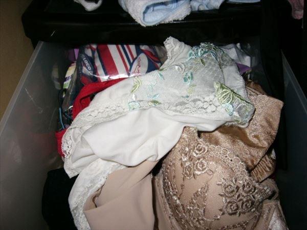 姉のタンスの中の下着の下に極太バイブ盗撮エロ画像3枚目