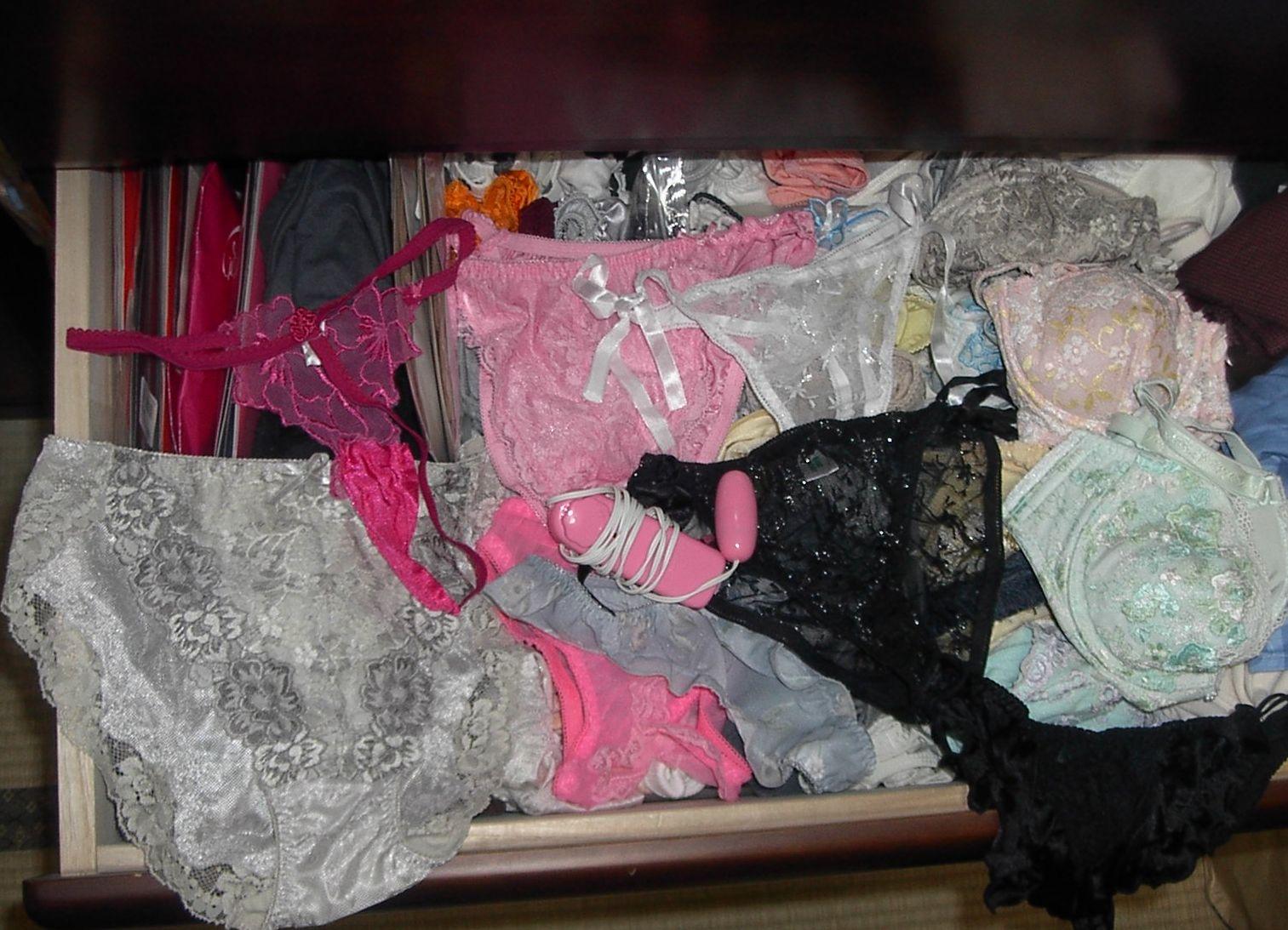 姉のタンスの中の下着の下に極太バイブ盗撮エロ画像12枚目