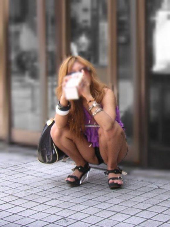 街角しゃがみパンチラ透けまんこ下着盗撮エロ画像9枚目