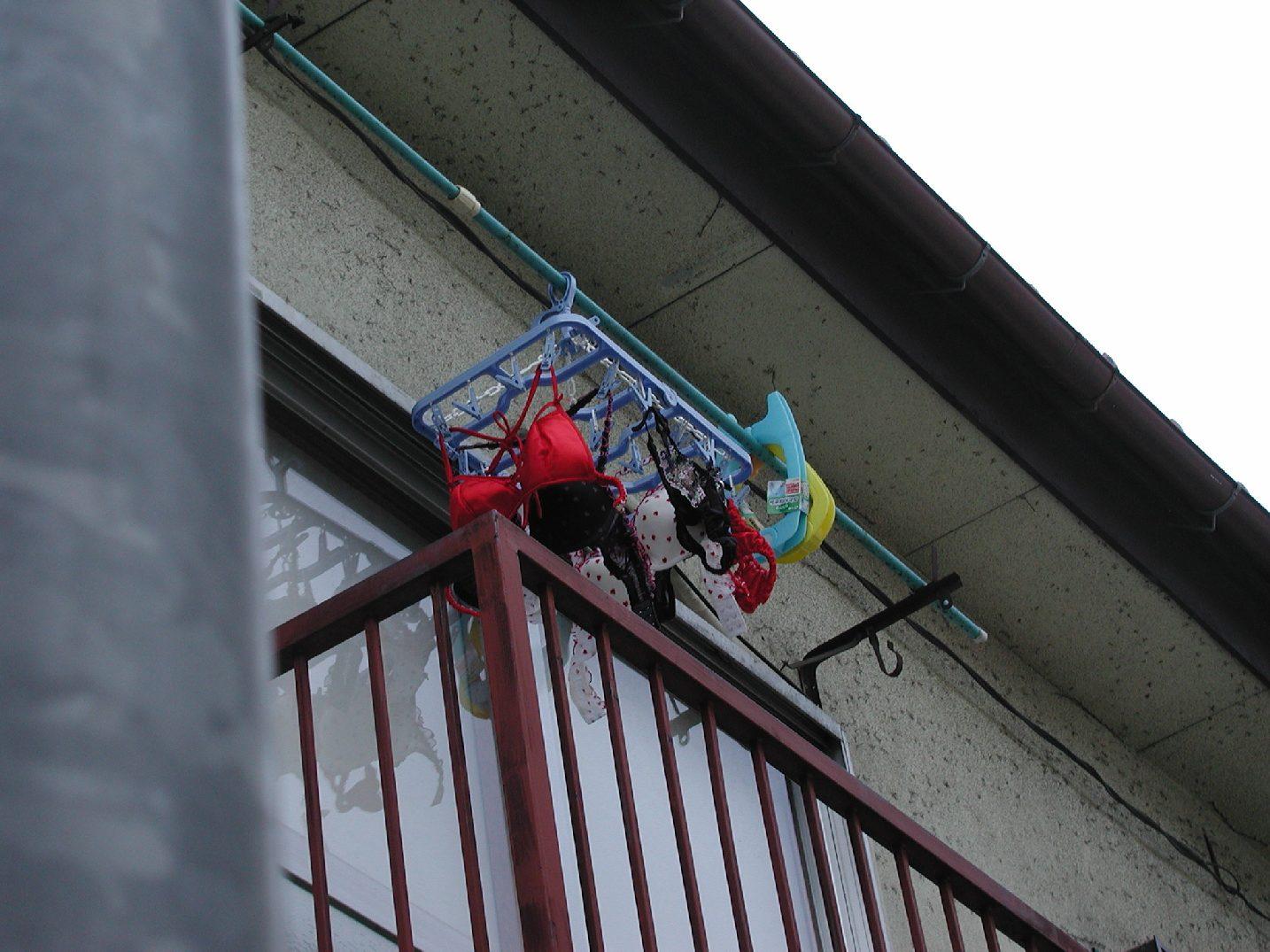 地味なアパートに派手なベランダの下着盗撮エロ画像1枚目