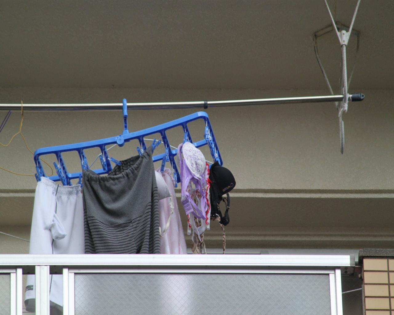 地味なアパートに派手なベランダの下着盗撮エロ画像13枚目