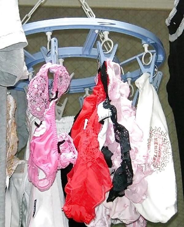 下着姿でパンティを干すベランダの下着盗撮エロ画像16枚目