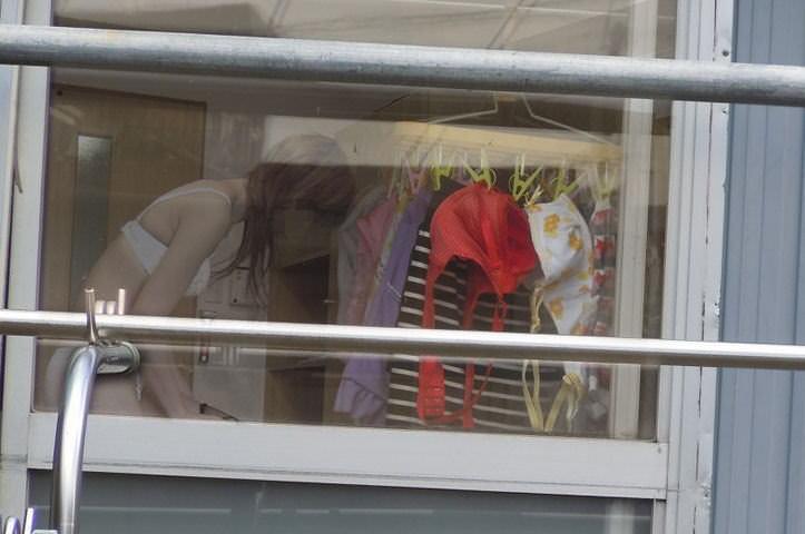 女子寮着替え盗撮とベランダの下着盗撮エロ画像1枚目