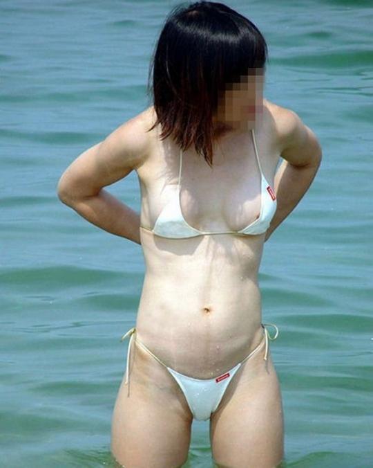極小ビキニで乳首ポロリ素人水着盗撮エロ画像1枚目