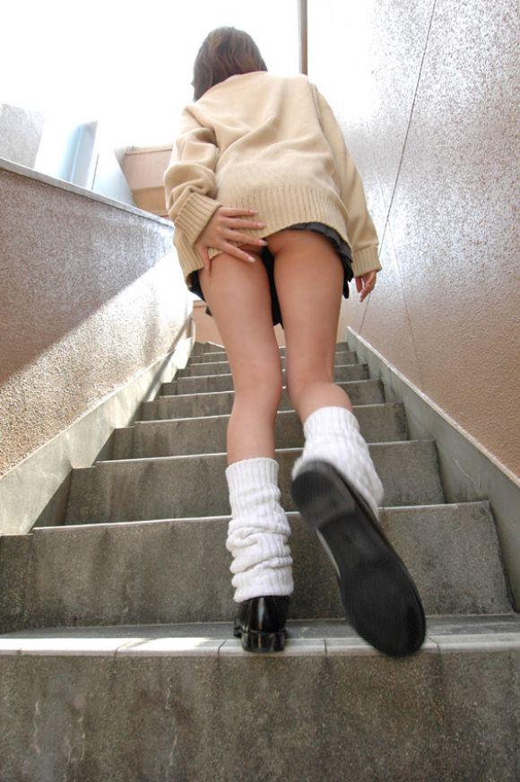 白肌ムチムチ巨尻の階段下jk純白パンチラ下着盗撮エロ画像14枚目