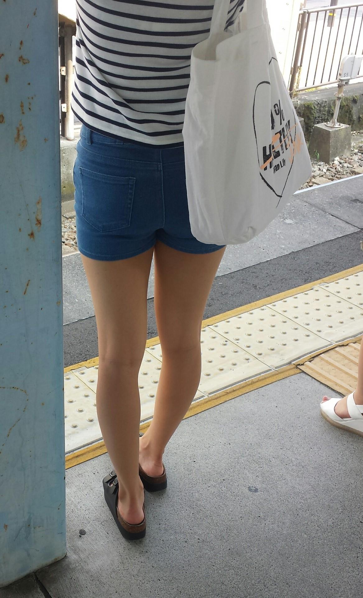 街撮りjkのムチムチ太もも美脚盗撮エロ画像14枚目