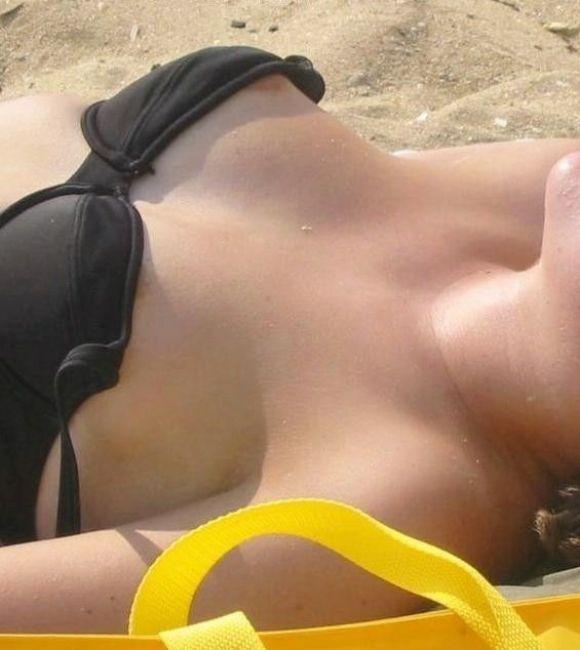 乳首透けや乳首ポロリな素人マイクロビキニ盗撮エロ画像12枚目
