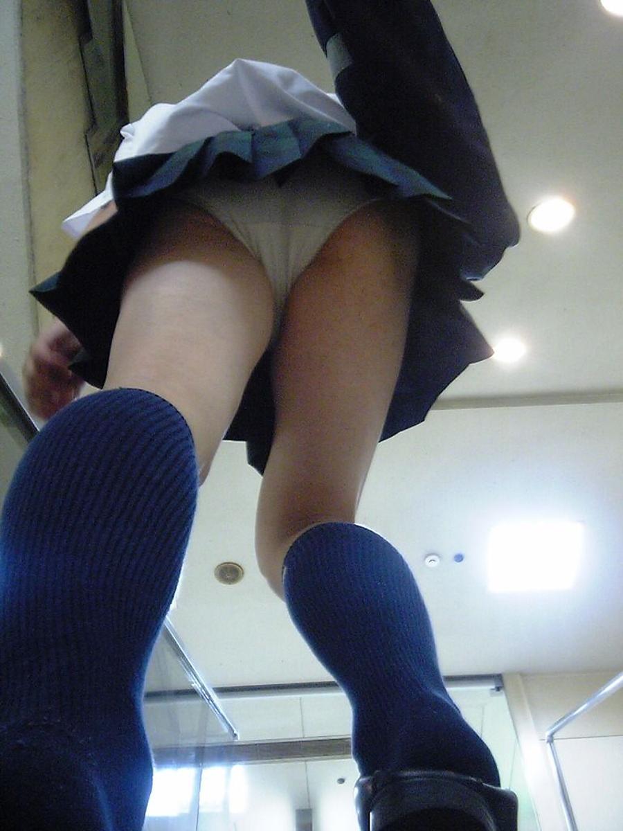 階段jk純白フルバックパンティ逆さ靴カメ盗撮エロ画像1枚目