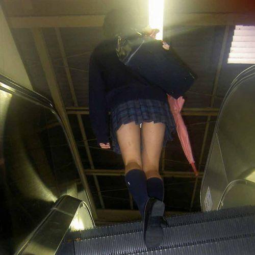 階段jk純白フルバックパンティ逆さ靴カメ盗撮エロ画像3枚目