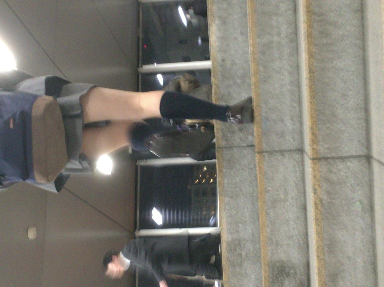 階段jk純白フルバックパンティ逆さ靴カメ盗撮エロ画像4枚目