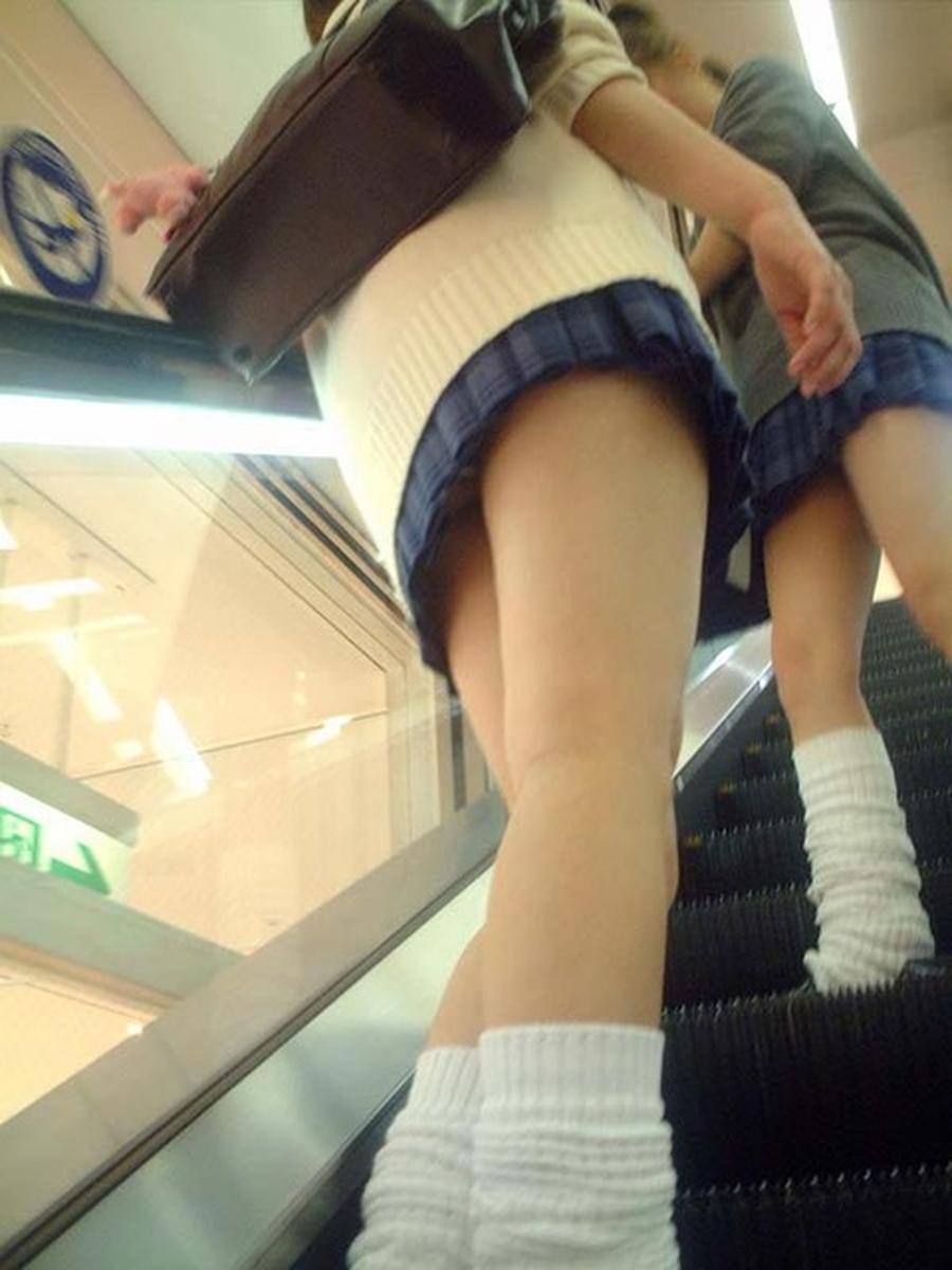 階段jk純白フルバックパンティ逆さ靴カメ盗撮エロ画像8枚目