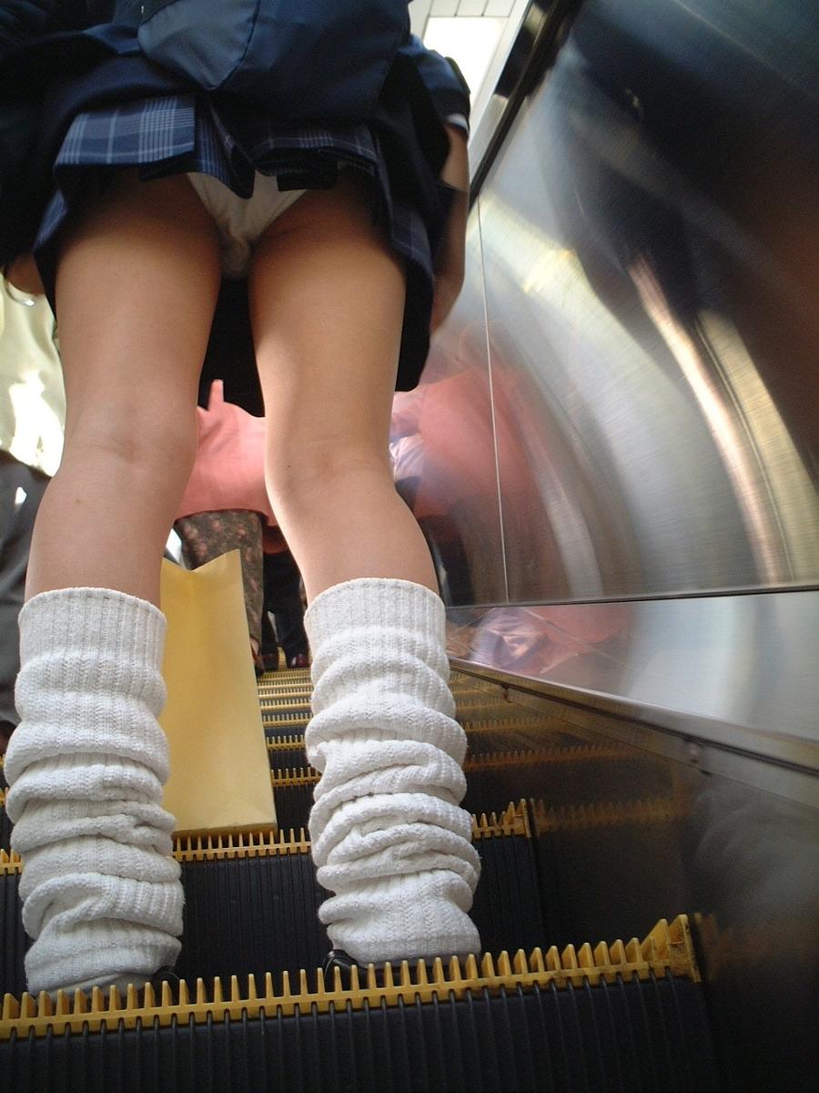 階段jk純白フルバックパンティ逆さ靴カメ盗撮エロ画像10枚目