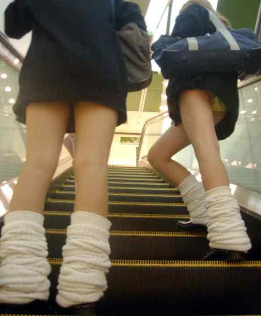 階段jk純白フルバックパンティ逆さ靴カメ盗撮エロ画像14枚目