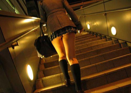 靴カメで逆さ撮り盗撮された階段下jkパンチラエロ画像14枚目