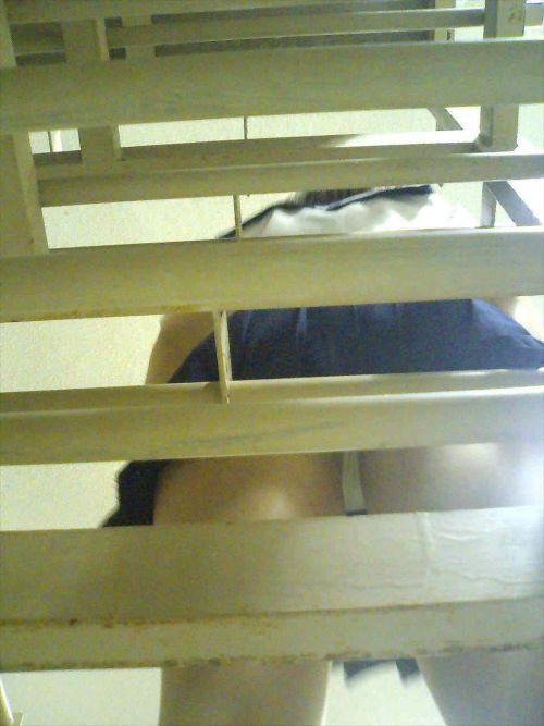 逆さ撮りパンチラ対策された階段下jk盗撮エロ画像11枚目