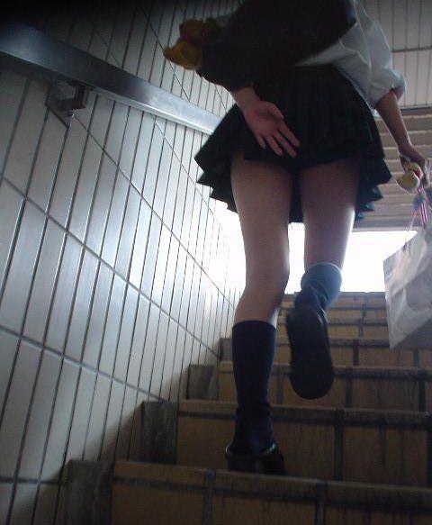 逆さ撮りパンチラ対策された階段下jk盗撮エロ画像13枚目