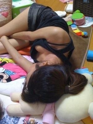 未熟な乳房と未熟な乳首のjk胸チラ盗撮エロ画像2枚目