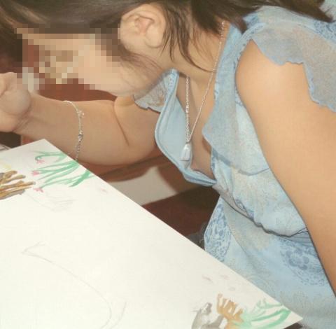 未熟な乳房と未熟な乳首のjk胸チラ盗撮エロ画像14枚目