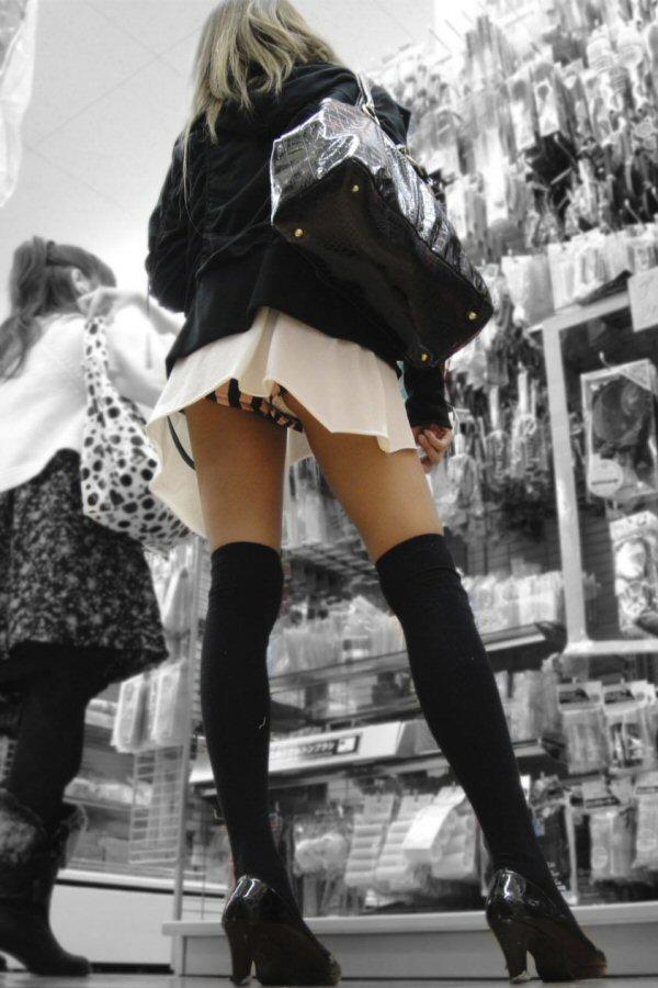 買い物中ミニスカ女子大生逆さ撮りパンチラエロ画像2枚目