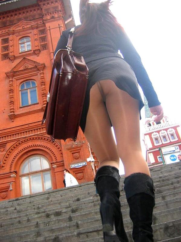 買い物中ミニスカ女子大生逆さ撮りパンチラエロ画像3枚目