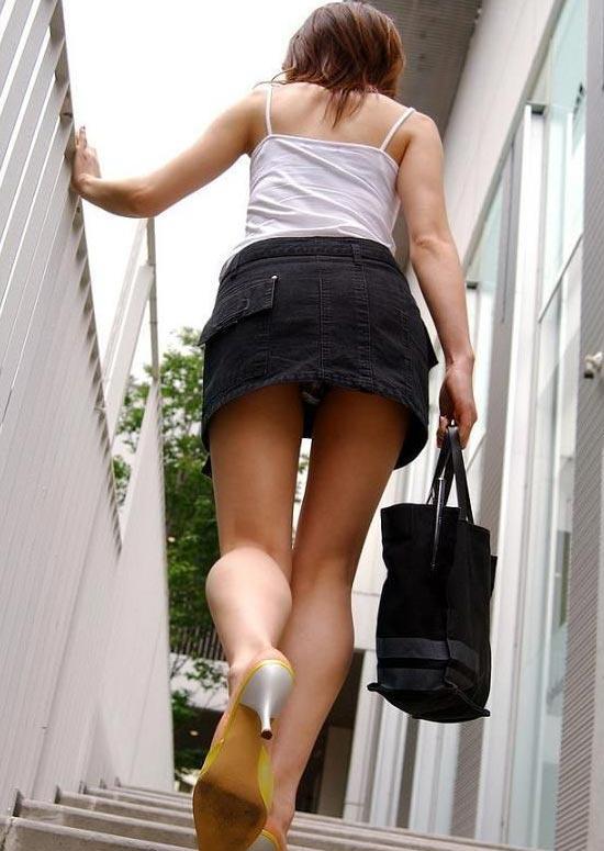買い物中ミニスカ女子大生逆さ撮りパンチラエロ画像4枚目