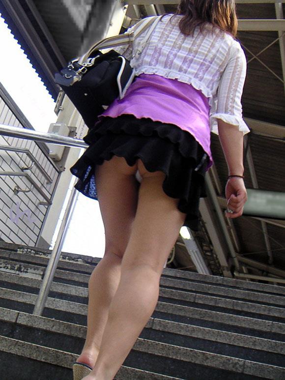 買い物中ミニスカ女子大生逆さ撮りパンチラエロ画像8枚目