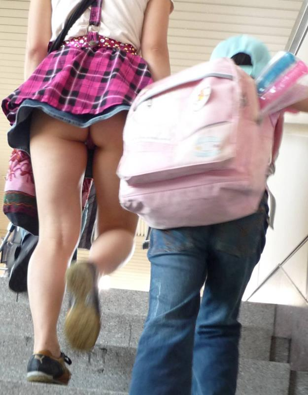 買い物中ミニスカ女子大生逆さ撮りパンチラエロ画像10枚目