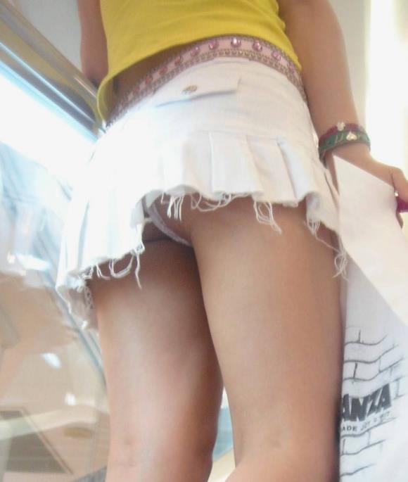 買い物中ミニスカ女子大生逆さ撮りパンチラエロ画像12枚目