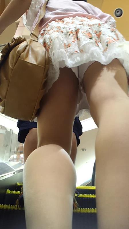 買い物中ミニスカ女子大生逆さ撮りパンチラエロ画像13枚目