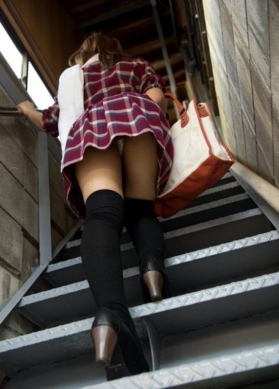 買い物中ミニスカ女子大生逆さ撮りパンチラエロ画像16枚目