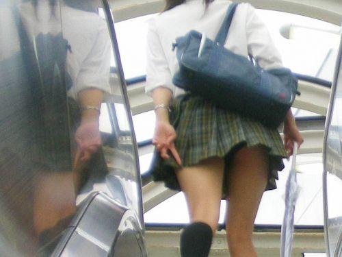 靴カメ盗撮でしか出来ないjkパンチラ逆さ撮りエロ画像15枚目