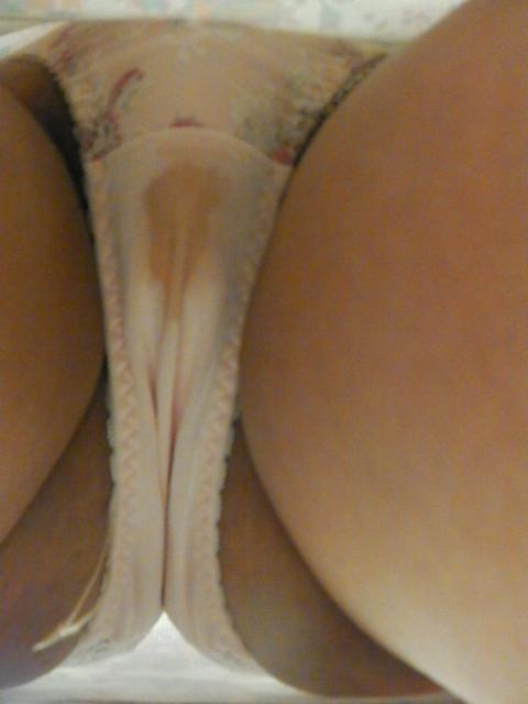妹のおまんこを愛撫したシミ付きクロッチ下着エロ画像4枚目
