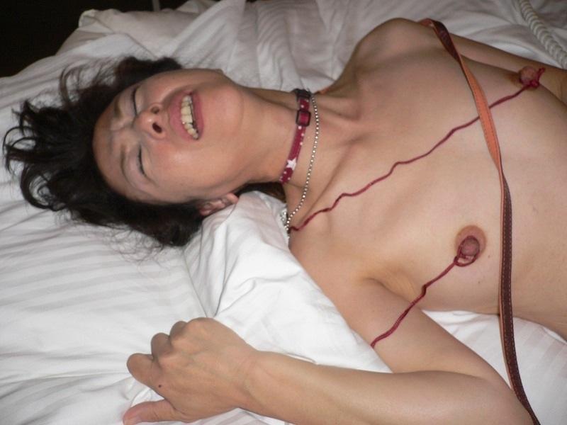 マゾマスクで乳首調教されるデブ熟女人妻エロ画像5枚目