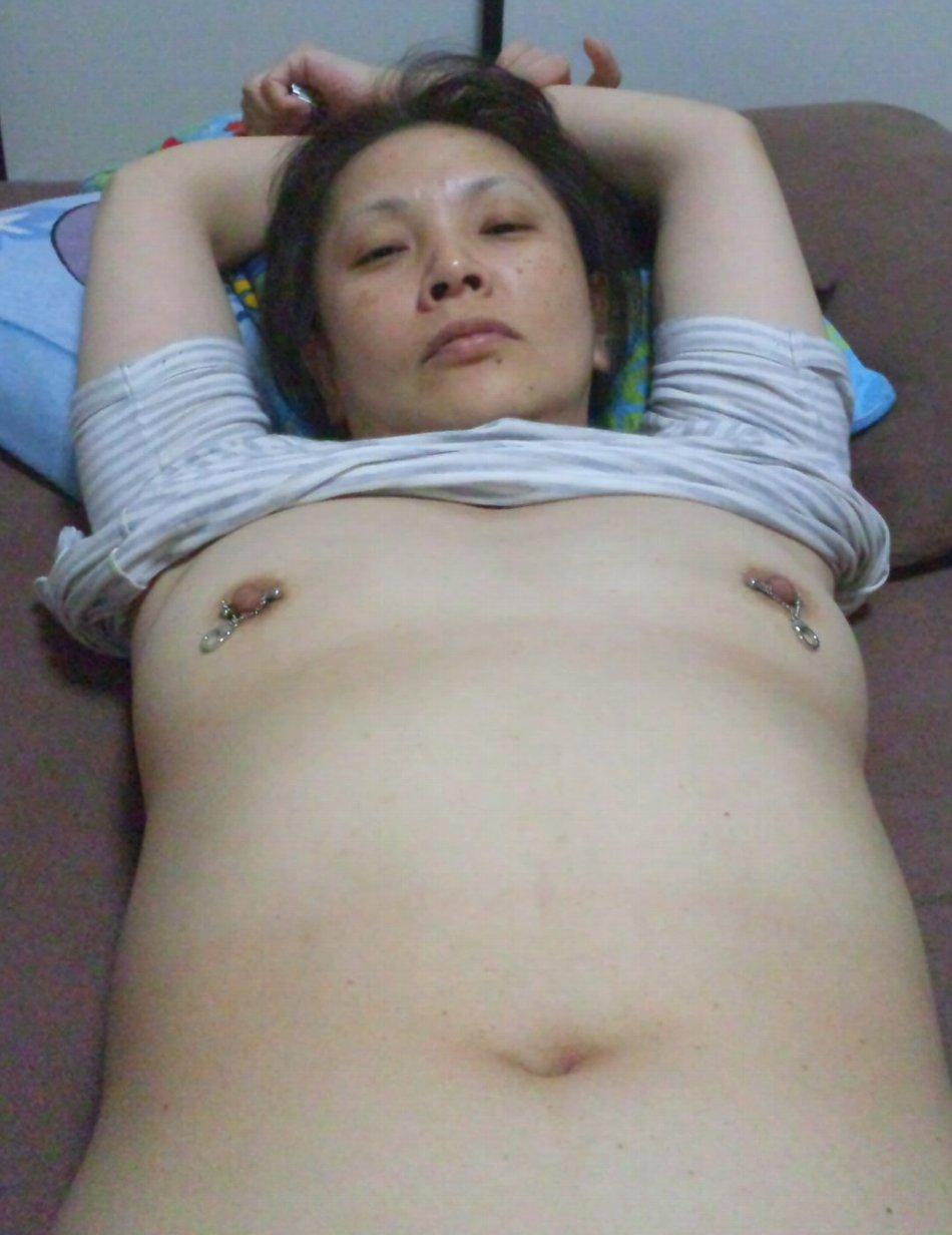 マゾマスクで乳首調教されるデブ熟女人妻エロ画像10枚目