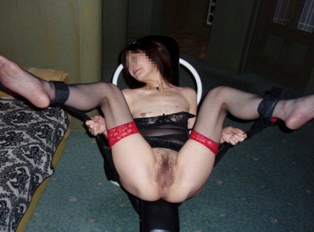 マゾマスクで乳首調教されるデブ熟女人妻エロ画像11枚目