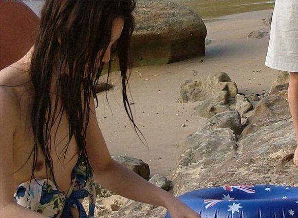 貧乳素人水着からポロリするデカ乳首盗撮エロ画像7枚目