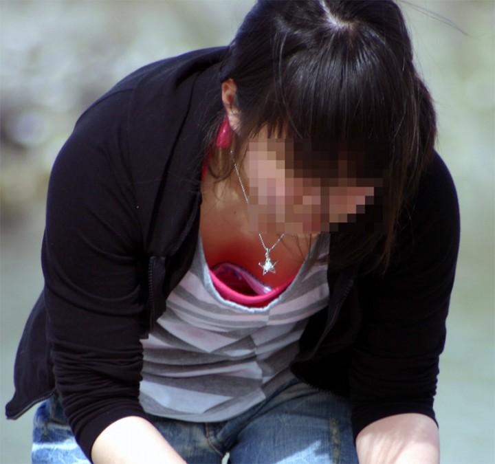 膨らみかけ貧乳の街撮り胸チラjk盗撮エロ画像16枚目