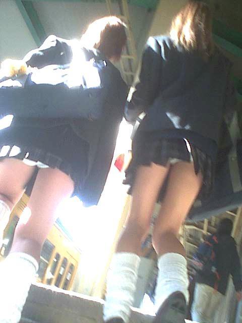 靴カメで盗撮された階段jk逆さ撮りパンチラエロ画像12枚目