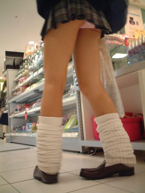無防備な美脚jkの靴カメパンチラ逆さ撮り盗撮エロ画像3枚目