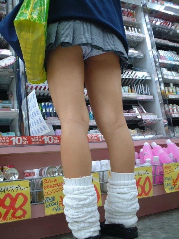 無防備な美脚jkの靴カメパンチラ逆さ撮り盗撮エロ画像7枚目