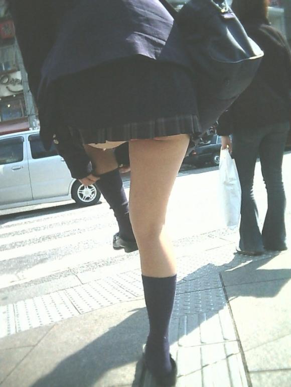 無防備な美脚jkの靴カメパンチラ逆さ撮り盗撮エロ画像12枚目