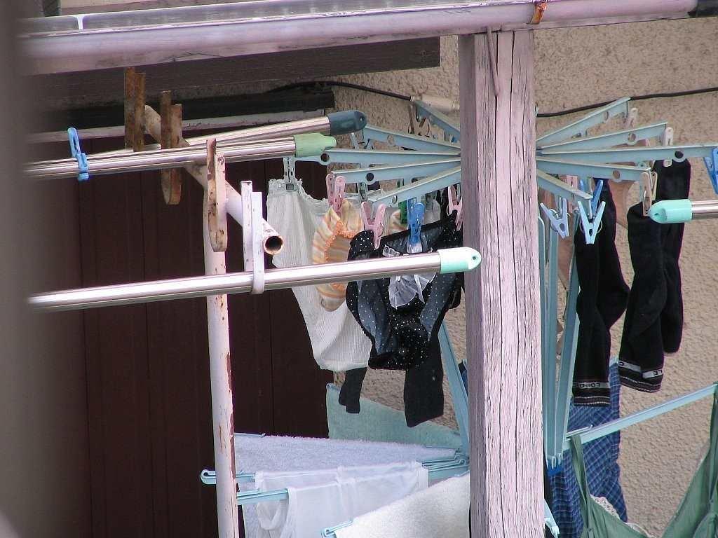 女子大生の寮のベランダに干された下着盗撮エロ画像2枚目