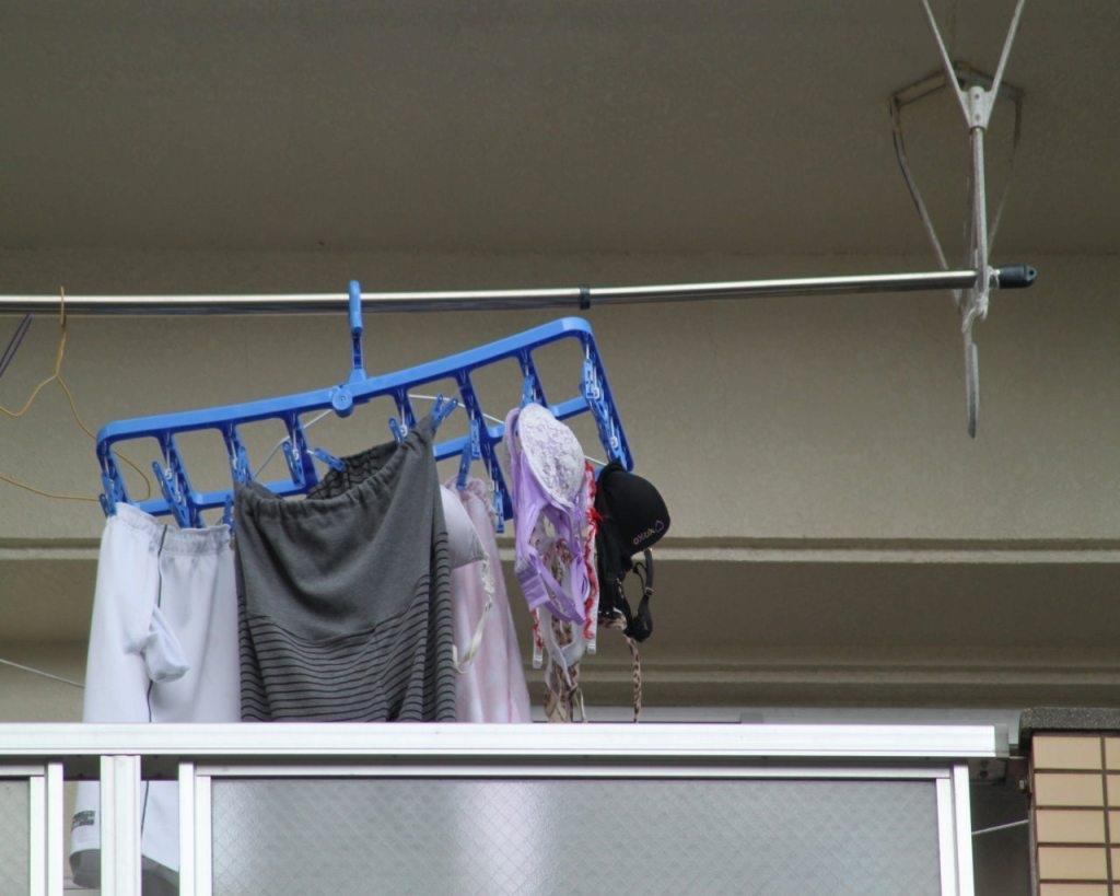 女子大生の寮のベランダに干された下着盗撮エロ画像6枚目