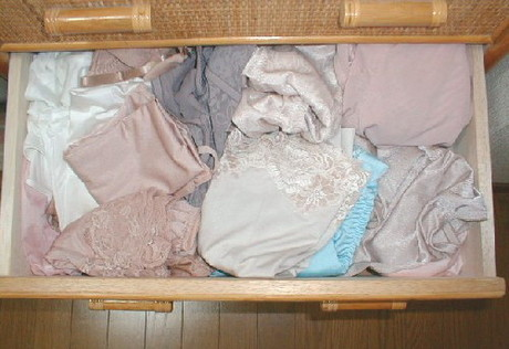 処女喪失したjk妹のタンスの中の下着盗撮エロ画像12枚目