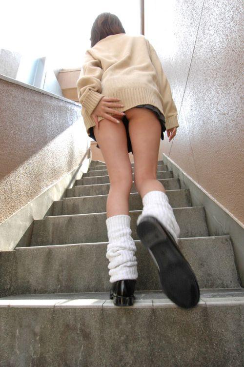 まん肉寸前!靴カメ階段下jk下着盗撮流出エロ画像7枚目