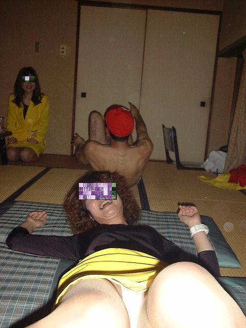 まん芸を温泉宴会で披露するピンクコンパニオン流出エロ画像5枚目