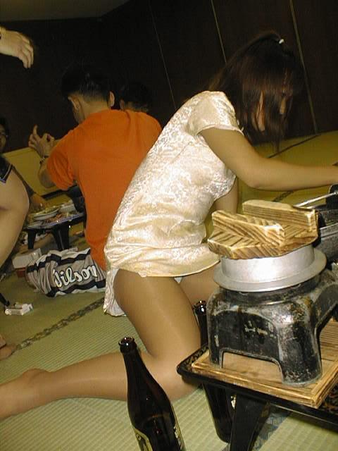 まん芸を温泉宴会で披露するピンクコンパニオン流出エロ画像9枚目