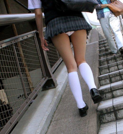 接写靴カメで盗撮されたjk階段ロリパンツ逆さエロ画像5枚目